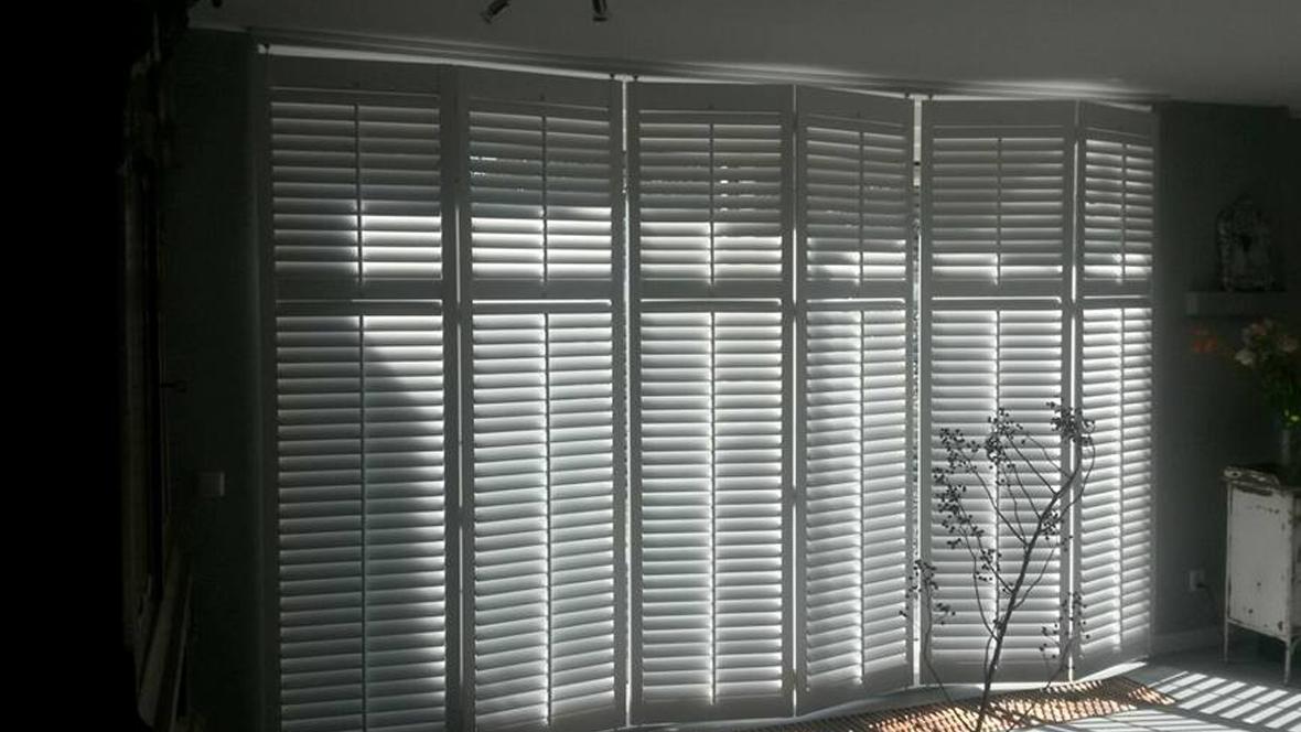 raamdecoratie shutters woonkamer